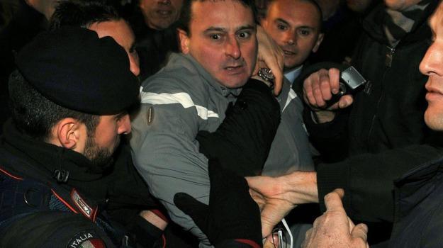 statuetta, Silvio Berlusconi, Sicilia, Cronaca