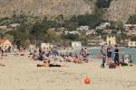Primo sole e tuffi a mare, Mondello fa il pieno per la prima domenica d'aprile - Video