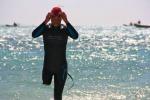 Nuoterà per 60 ore con una sola gamba: l'impresa epica di un italiano