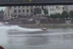 Aereo tocca l'acqua durante uno show, incidente sfiorato a Budapest: il video
