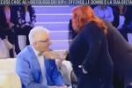 """""""Non chiami mia figlia cicciona"""", il dietologo dei vip preso a schiaffi in tv: il video"""