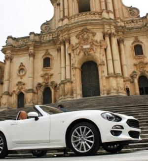 Rivive la Fiat 124 Spider: spot tra le vie di Modica - Foto