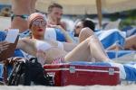 In bikini ma con stile, Jennifer Lopez in vacanza a Miami: le foto