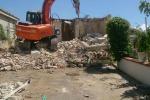 Abusivismo edilizio: a Palma ruspe ferme, a Licata si continua a demolire
