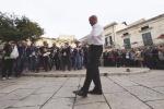 Montalbano a Scicli, Luca Zingaretti balla in piazza come Totò: il video