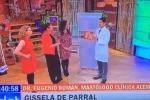 Fuori programma in Cile, modella resta nuda in tv: il video