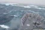 Onda alta 20 metri travolge nave militare: le incredibili scene - Video