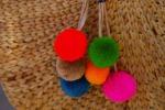 Colorati, artigianali e anche chic: il pon pon arriva su borse e sandali