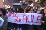 """""""Aule inadeguate"""": dirigente e studenti del Dolci protestano in prefettura - Video"""