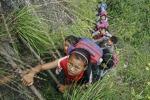 Cina, manca la strada e bimbi scalano la montagna per tornare a casa