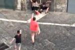 I bambini di Napoli giocano a Gomorra sparandosi per strada - Video