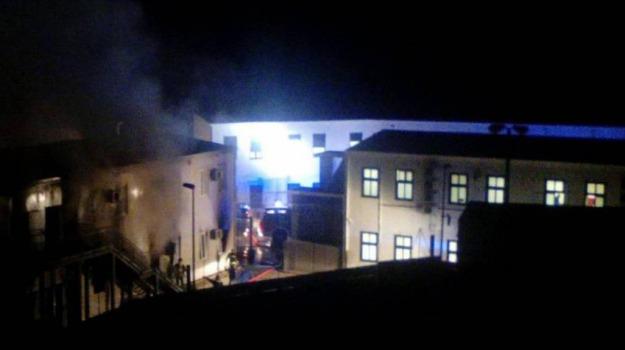 centro accoglienza, incendio, migranti, Agrigento, Cronaca