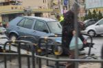 Auto contro un semaforo in viale Regione a Palermo, traffico rallentato