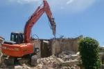 Licata, dopo l'intimidazione riprese le demolizioni
