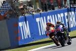 Lorenzo trionfa tra i fischi al Mugello, Rossi tradito dal motore