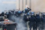 Manifestazione al Brennero, scontri con i black bloc: feriti tre carabinieri e un poliziotto