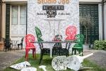 Maxi divani e tavoli vintage, gli spazi esterni accontentano tutti