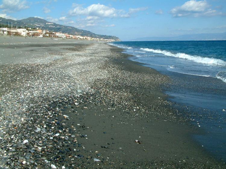 Matrimonio Spiaggia Roccalumera : Roccalumera ritrovato il cadavere di un uomo sulla