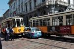 Auto della polizia si incastra tra due tram a Milano: foto virale sui social