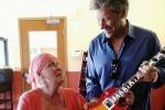 Bon Jovi regala un chitarra a fan malata tumore