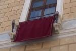 Drappi rossi: anche i sindaci siciliani dicono no al femminicidio