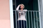 Francesca Pascale piange affacciata al balcone: le foto