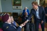 """""""Dov'è la tua cravatta?"""", Harry bacchettato da un veterano di guerra"""