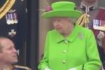 """""""William, alzati"""": la Regina Elisabetta richiama il nipote e il video spopola"""