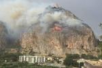 Inferno a Palermo, incendi in tutta la città. Brucia Monte Pellegrino. Disabili salvati