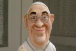 Statuetta caricatura: l'omaggio di un artista corleonese al Papa