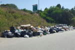 Cumuli di rifiuti a Campofelice di Roccella: le foto di un lettore