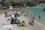 A Mondello l'estate entra nel vivo, spiaggia presa d'assalto