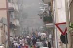 Roghi e case evacuate all'Arenella, la gente nel panico si riversa per strada - Video