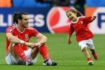 Bale festeggia l'accesso ai quarti con la figlia in campo