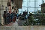 Accoltella e ferisce un connazionale: degenera la lite tra tunisini all'hotspot di Lampedusa