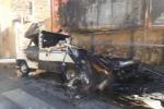 Camper in fiamme a piazza Ottavio Ziino. Le immagini - Video