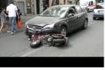 Moto travolta da un'auto a Palermo, gravi due giovani: cinque i feriti - Video