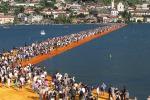 Sulle acque del lago Iseo, record di presenze per l'apertura della passerella di Christo - Le foto