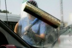 """Catania, giro di vite contro i """"lavavetri"""" ai semafori"""