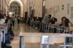 Maturità al via: Umberto Eco, rapporto padre-figlio e riflessione sui confini per la prova di italiano