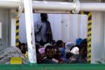 Migranti, anche un bimbo di pochi mesi sulla nave arrivata a Palermo - Video
