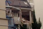 Esplosione e crollo in una palazzina a Milano, tre vittime: ferite due bimbe e morta la mamma
