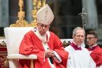 La messa nella notte di Natale, il Papa: preghiamo per i bambini sotto le bombe o nei barconi