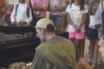 Barbone in aeroporto siede al piano e suona: a Palermo la singolare presentazione del nuovo film di Gigliorosso - Video