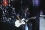 Chitarrista degli Aerosmith si sente male sul palco: il video