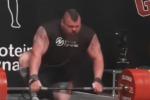 Solleva 500 chili, batte il record ma dopo... crolla per terra: la folle impresa di un culturista - Video