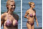 Vacanze al mare, il bikini da urlo di mamma Michelle - Foto