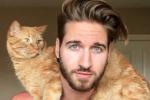 Modello usa il gatto come attrezzo da palestra: le scene bizzarre