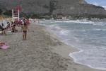 Vento, mare mosso e la spiaggia di Mondello... scompare