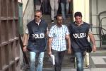 Traffico di migranti e droga, l'uscita degli arrestati dalla questura di Palermo - Video